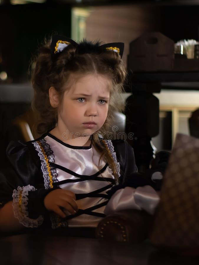 Ledsen blick av lilla flickan t?t st?ende upp arkivfoton