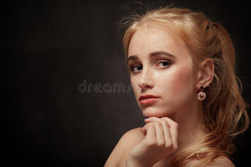 Ledsen blond gir royaltyfria foton