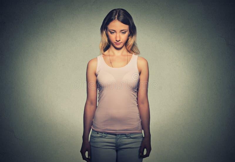 Ledsen blyg otrygg kvinna arkivfoton