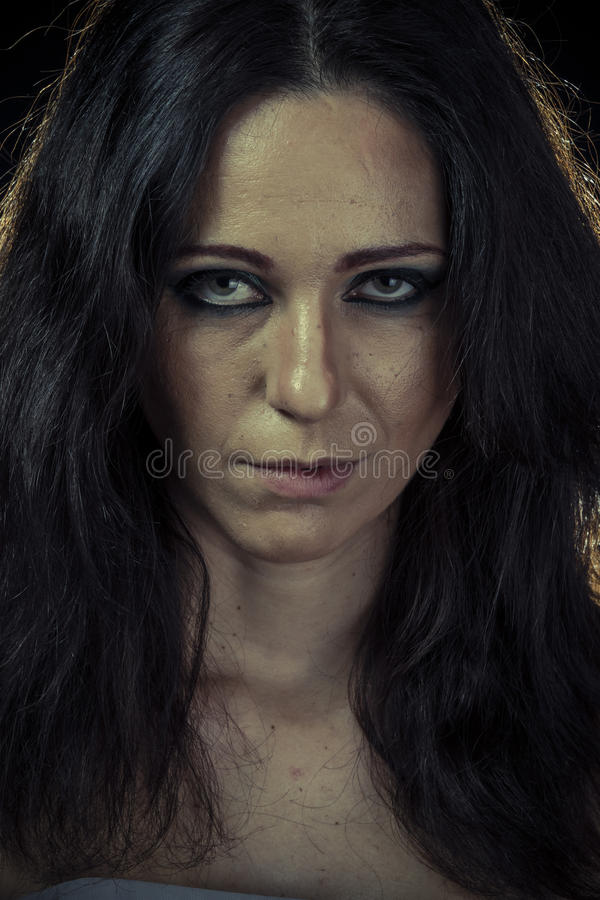 Ledsen brunettkvinna med den långa hår och aftonkappan royaltyfria bilder