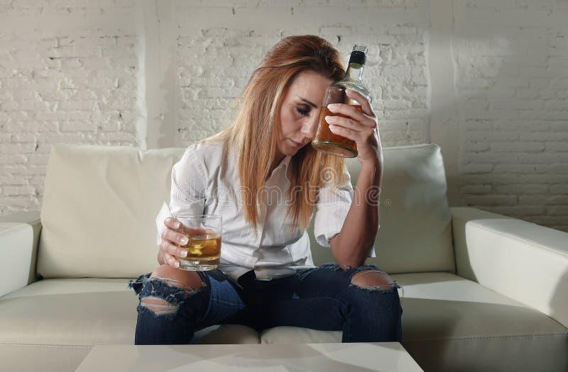 Ledsen deprimerad alkoholist drucken kvinna som hemma dricker i hemmafrualkoholmissbruk och alkoholism arkivbild