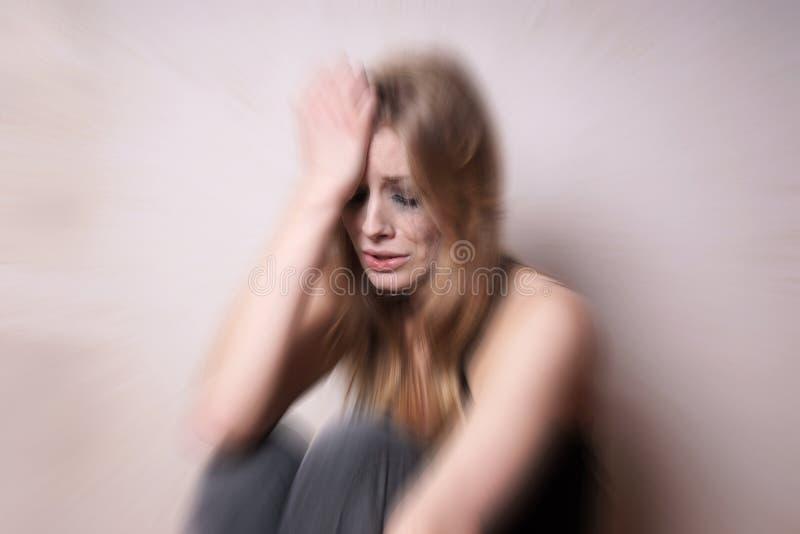 Ledsen deprimerad ung kvinna med denbefläckte framsidan arkivbild