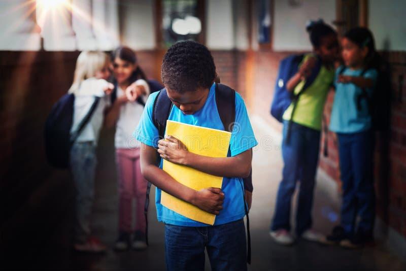Ledsen elev som trakasseras av klasskompisar på korridoren royaltyfria bilder