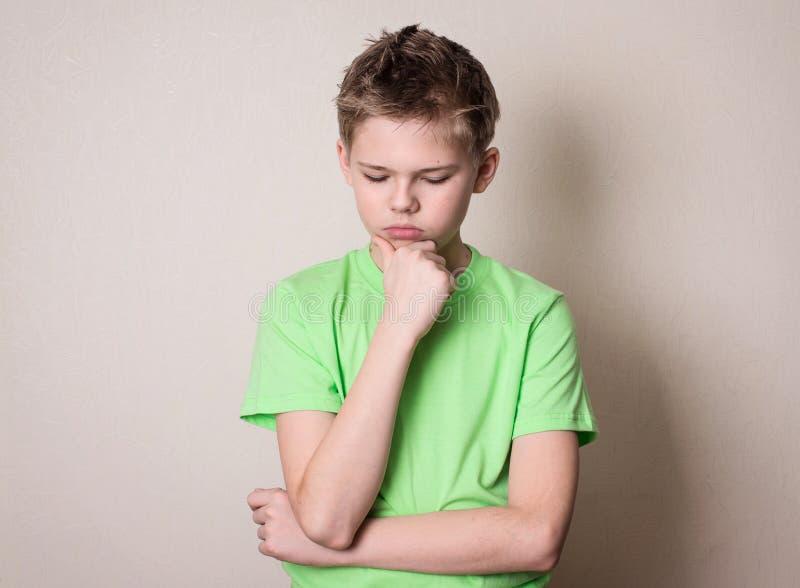 Ledsen, ensam deprimerad eftertänksam tonårig pojke arkivbild