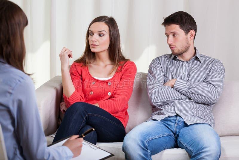 Ledsen förbindelse som talar med den kvinnliga terapeuten royaltyfria bilder