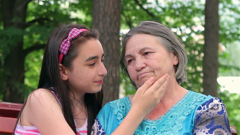 Ledsen farmor med hennes lilla sondotter
