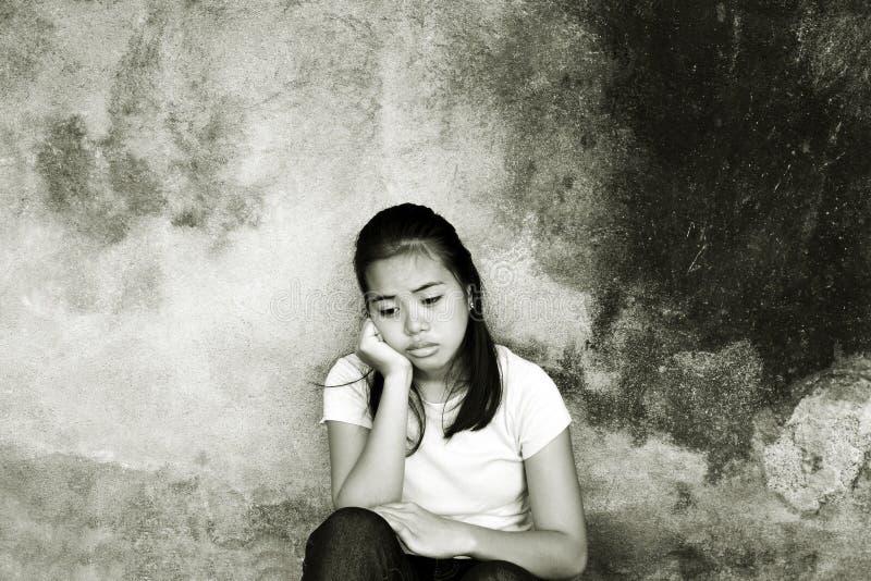 Ledsen flicka med djupa tankar fotografering för bildbyråer