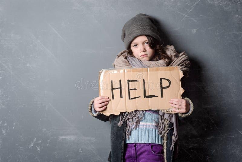 Ledsen flicka som rymmer hjälptecknet arkivfoto
