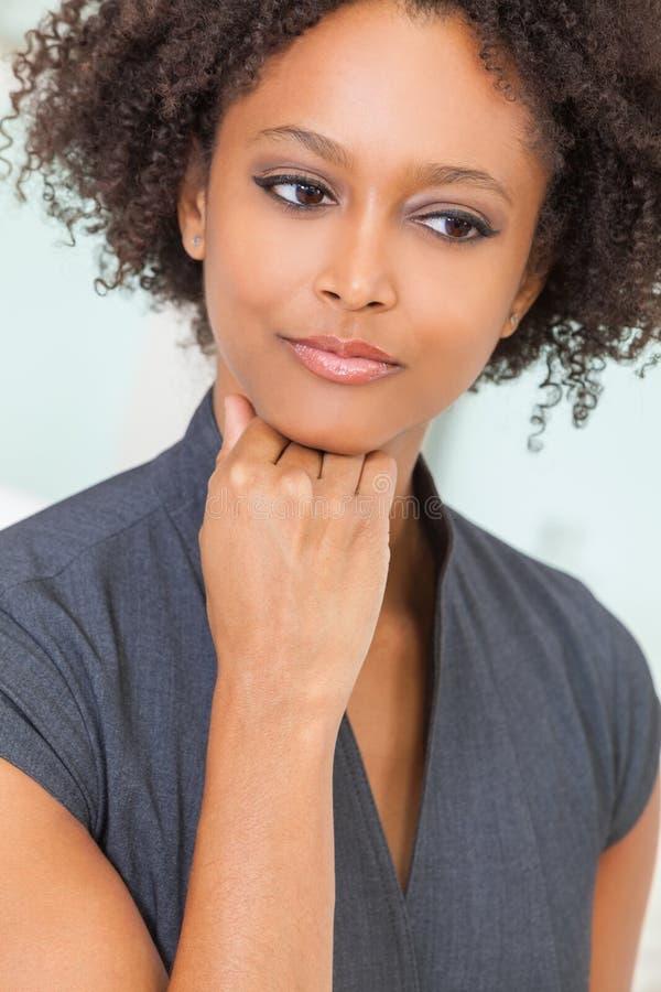 Ledsen fundersam afrikansk amerikankvinna eller flicka för blandat lopp royaltyfri bild