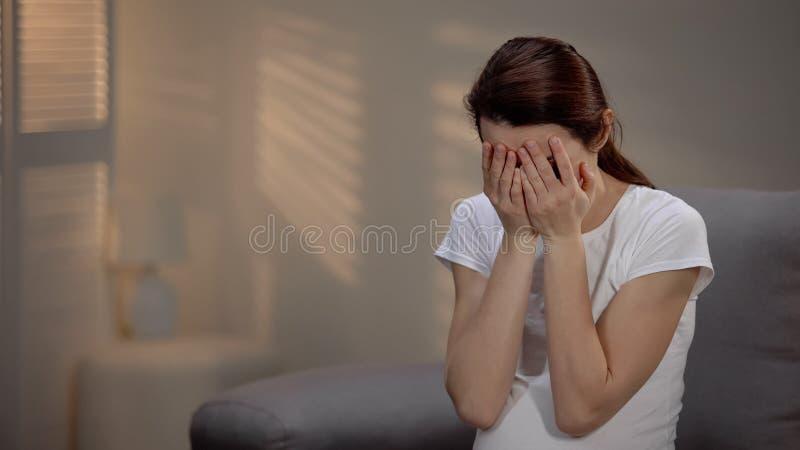 Ledsen gravid kvinnagråt som lider före födseln fördjupning, enkelt moderskap arkivfoto