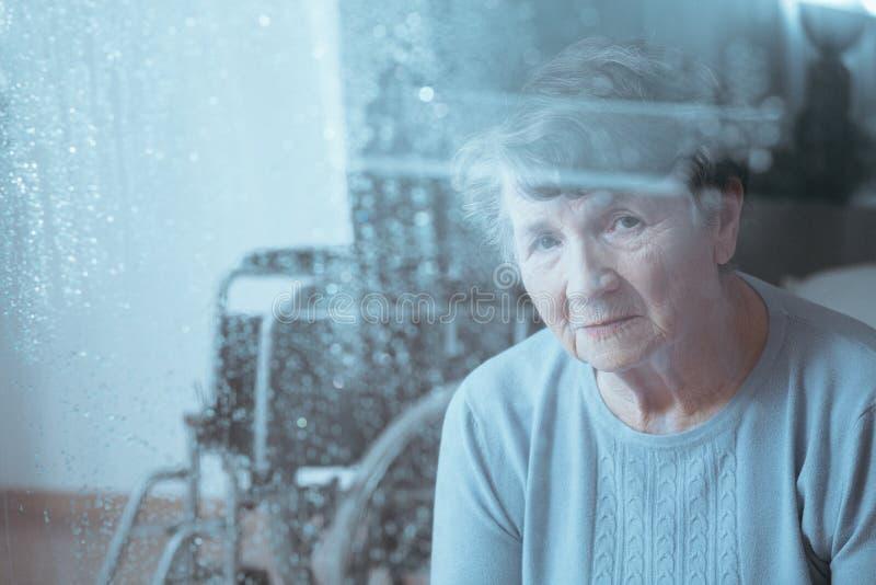 Ledsen hög rörelsehindrad kvinna royaltyfria bilder