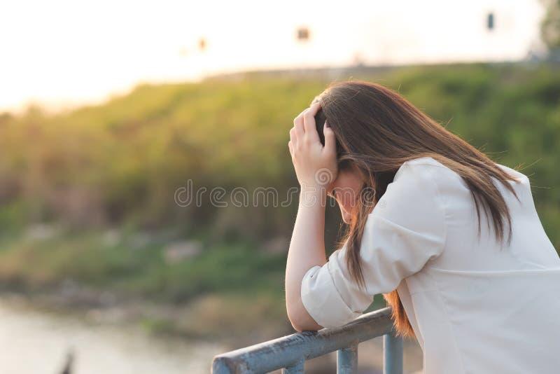 Ledsen känsel för ung kvinna, ensamhet, fördjupningsbegrepp arkivbild