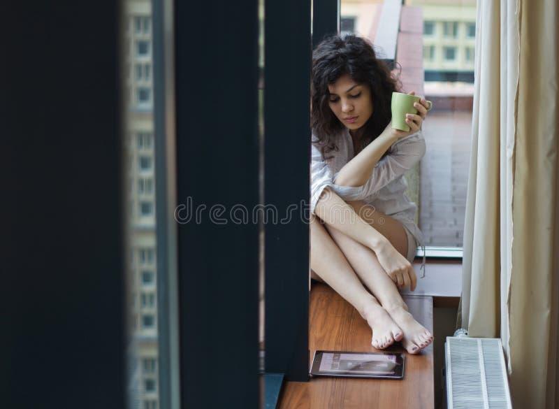 Ledsen kvinna hemma royaltyfria bilder