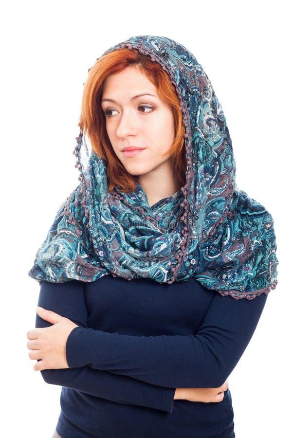 Ledsen kvinna i sjalett arkivfoto