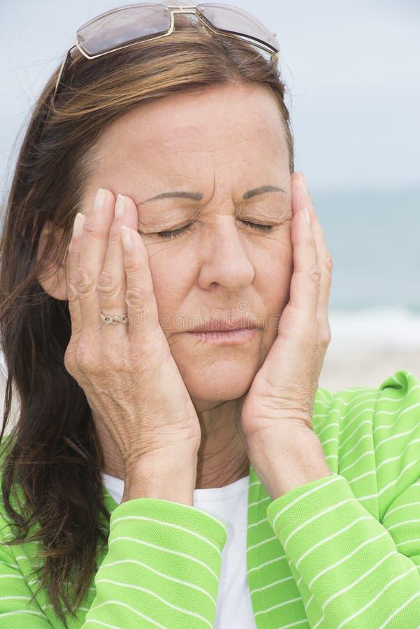 Ledsen kvinna i sorg och sorg med stängda ögon arkivfoton