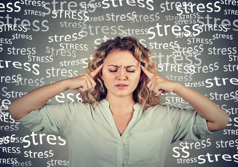 Ledsen kvinna med bekymrat stressat framsidauttryck arkivbild
