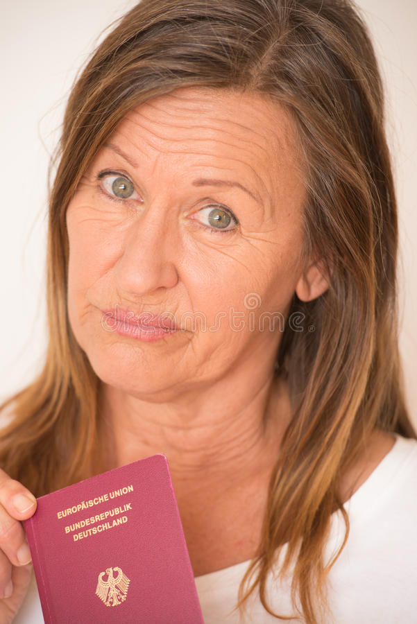 Ledsen kvinna med det tyska passet arkivfoton