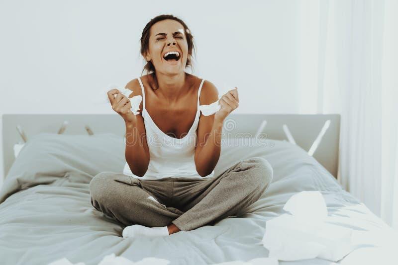 Ledsen kvinna med flödad mascaragråt på sängen royaltyfria foton