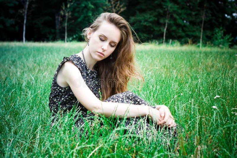 Ledsen kvinna med stängda ögon fotografering för bildbyråer