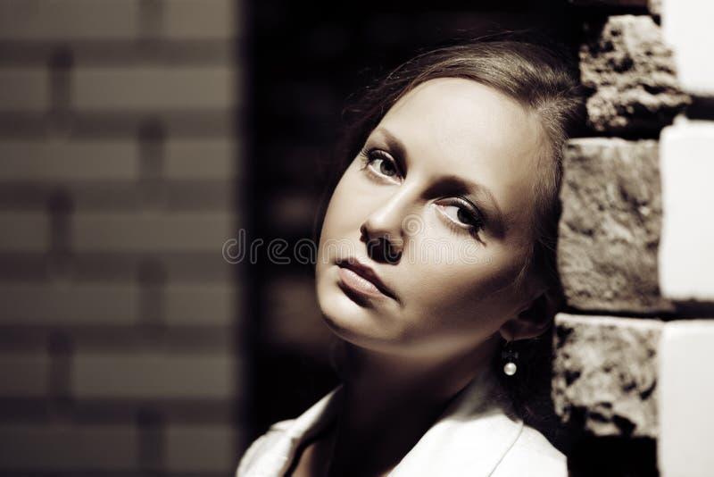 Ledsen kvinna på nattgatan royaltyfri bild
