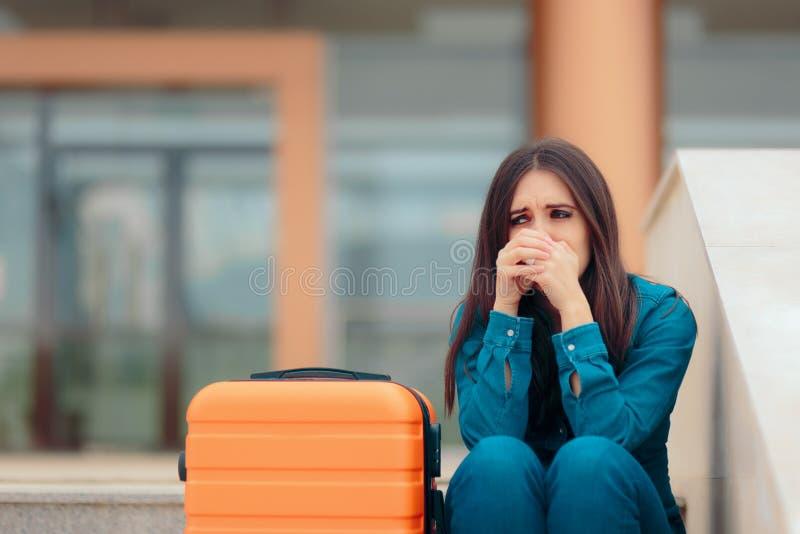 Ledsen kvinna som lämnar med resväskan efter smärtsam upplösning arkivfoton