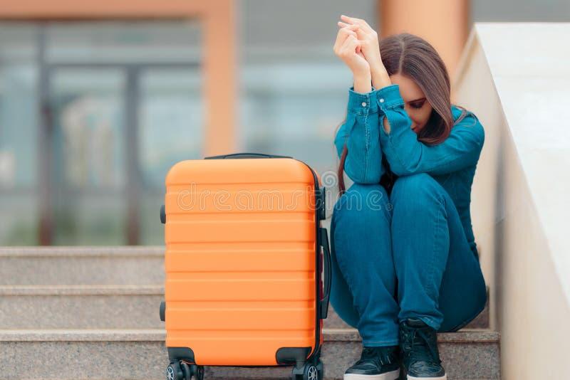 Ledsen kvinna som lämnar med resväskan efter smärtsam upplösning royaltyfria bilder