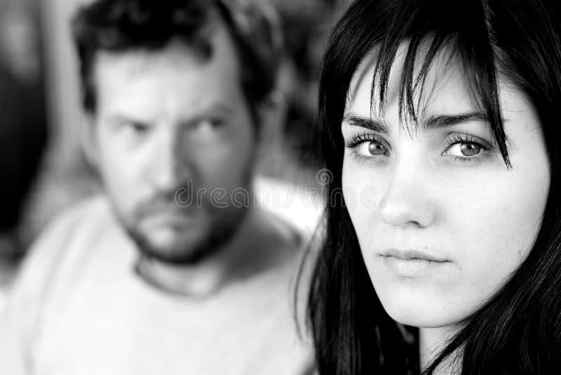 Ledsen kvinna som ser kameran som skrämmas av pojkvän fotografering för bildbyråer
