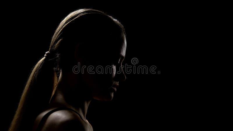 Ledsen kvinna som ser ner att ha livsvårigheter och att känna sig frustrerat och otryggt royaltyfria foton