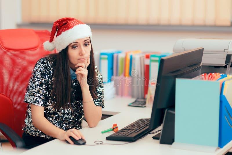 Ledsen kvinna som spenderar julferie på kontoret royaltyfri foto