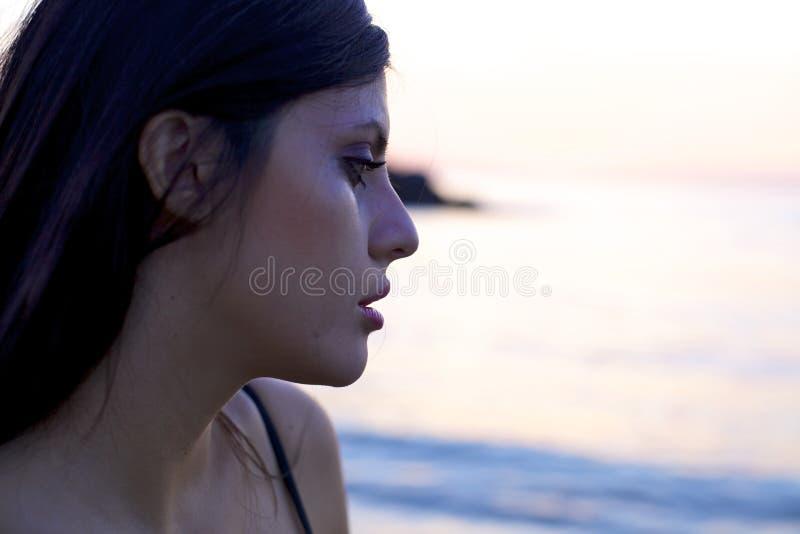 Ledsen kvinnagråt under solnedgång arkivfoton