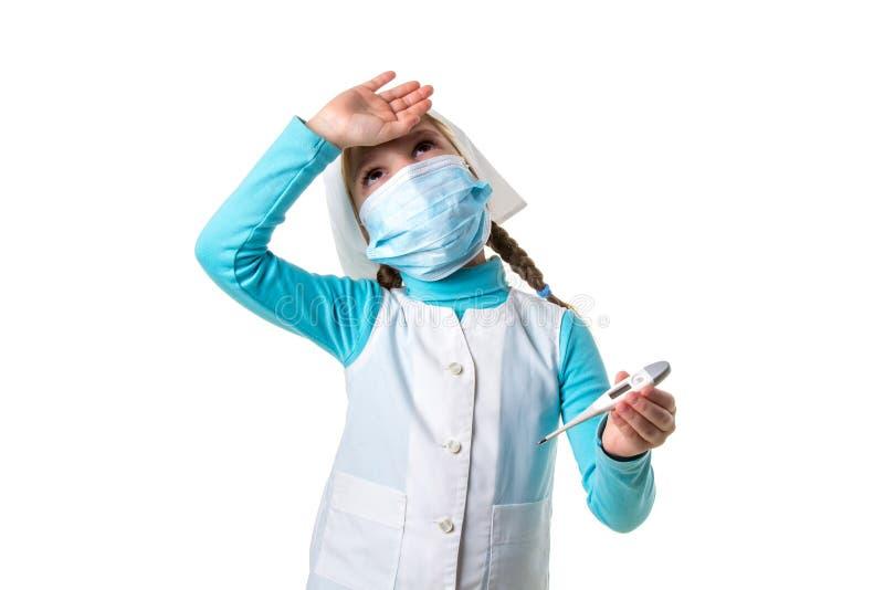 Ledsen kvinnlig sjuksköterska i medicinsk kappa med termometern Fokus på den kliniska termometern med temperatur för hög feber so arkivbild
