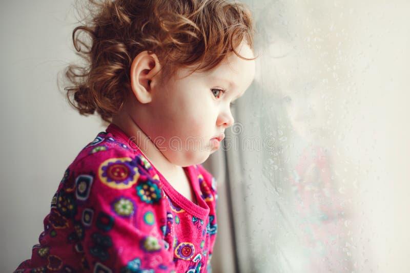 Ledsen liten flicka royaltyfri bild
