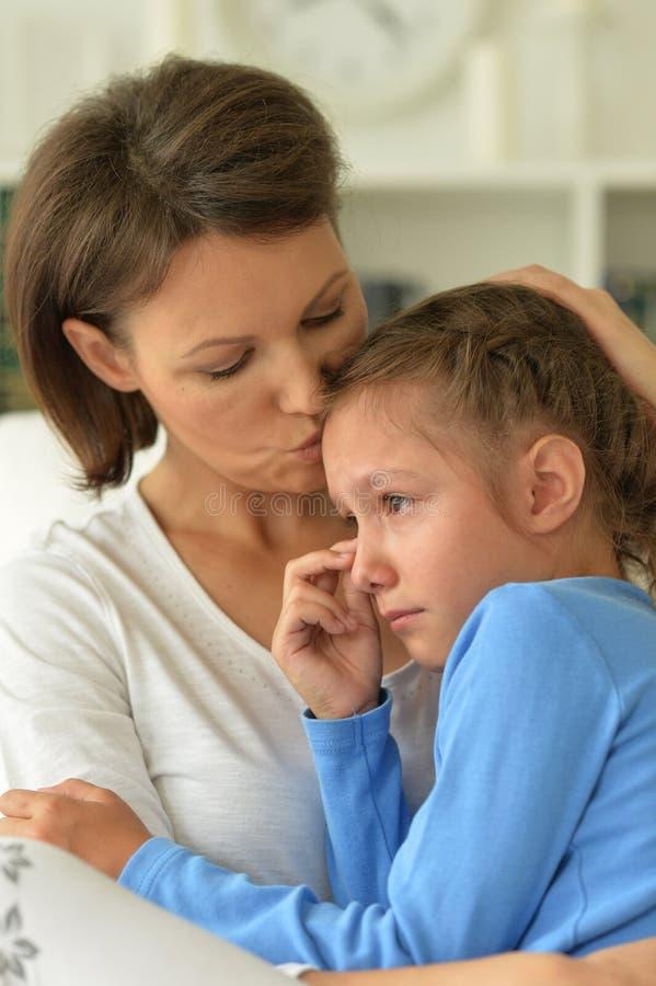 Download Ledsen mamma och dotter fotografering för bildbyråer. Bild av nöje - 78728755