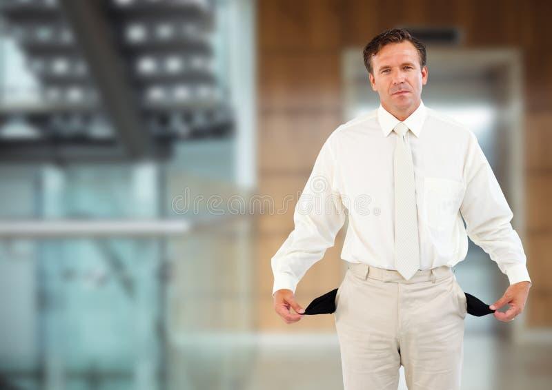 ledsen man med den vita dräkten och med tomma fack som är främsta av hissen royaltyfri bild