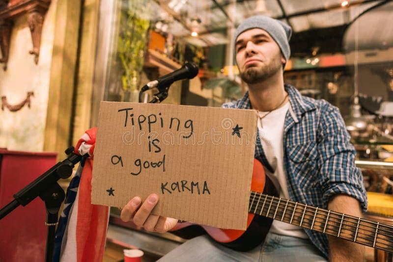 Ledsen manlig musiker som begär spetsar efter lek arkivbilder