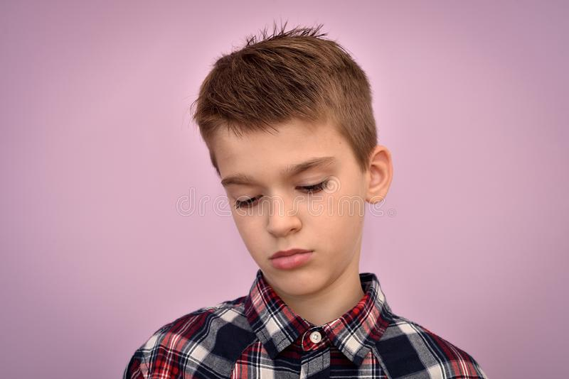 Ledsen och deprimerad ung pojke royaltyfria bilder