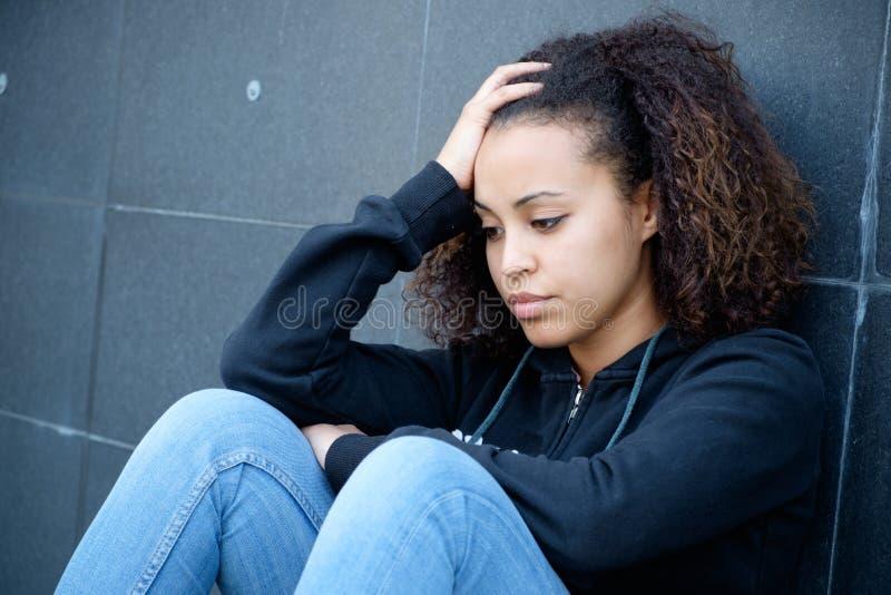 Ledsen och ensam tonåringstående i stadsgatan royaltyfri foto