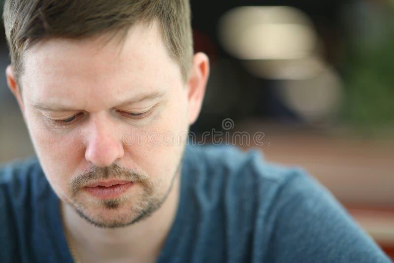 Ledsen och förkrossad skäggig mannärbildstående arkivfoto