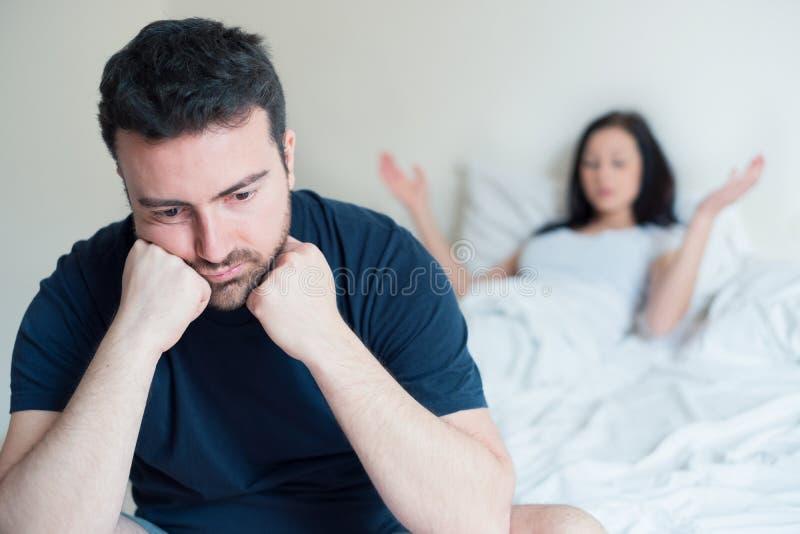 Ledsen och fundersam man, når att ha argumenterat med flickvännen arkivfoton