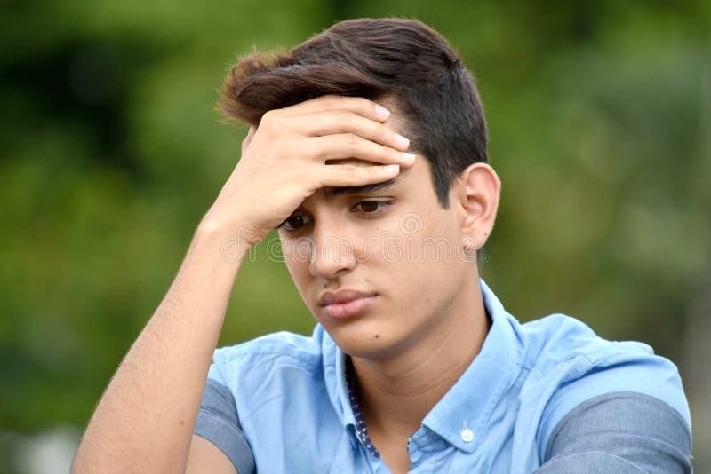 Ledsen olik tonårs- man royaltyfri foto