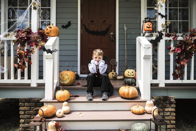Ledsen pojke i en allhelgonaaftondräkt royaltyfri bild