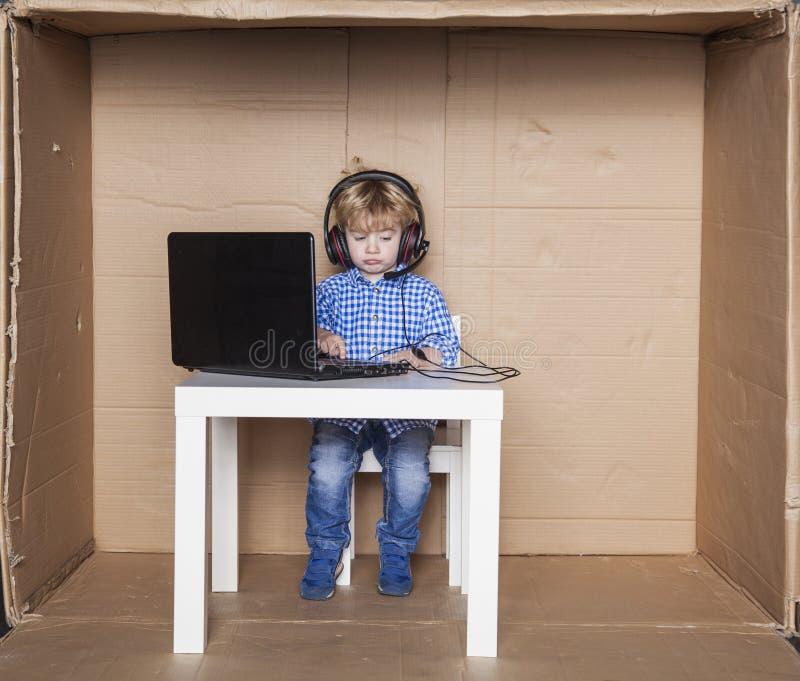 Ledsen pojke som arbetar i ett företags kontor, småföretagare royaltyfria bilder