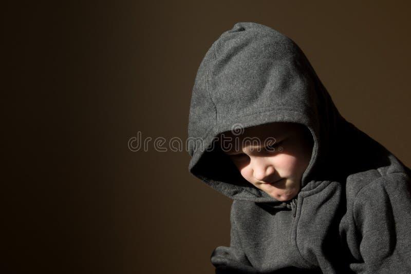 Ledsen rubbning tröttat bekymrat litet barn (pojken) royaltyfri foto