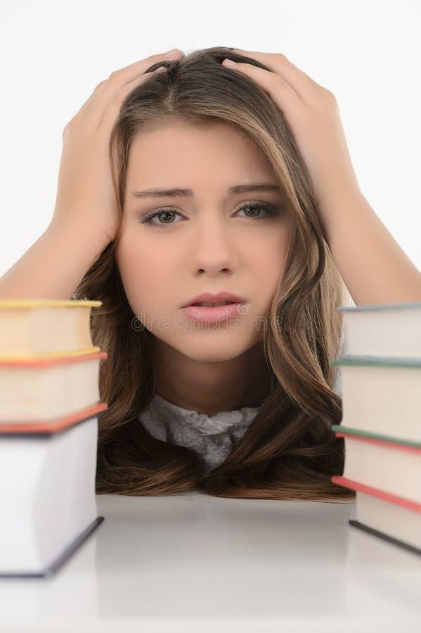 Ledsen skolflicka. Gladlynt tonårs- skolflicka som in rymmer hennes huvud arkivbild