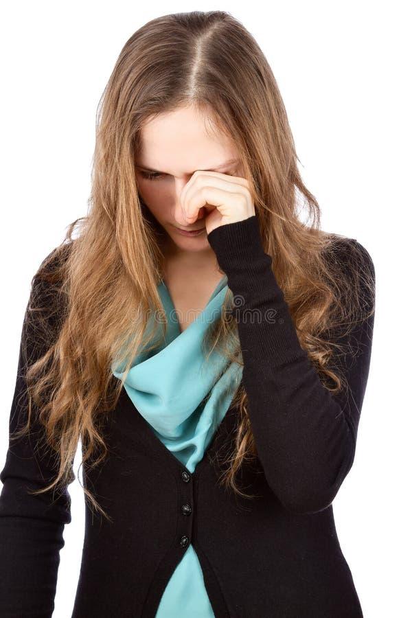 Ledsen skriande ung kvinna som torkar revor royaltyfri foto