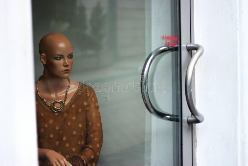 Ledsen skyltdockakvinna arkivfoton