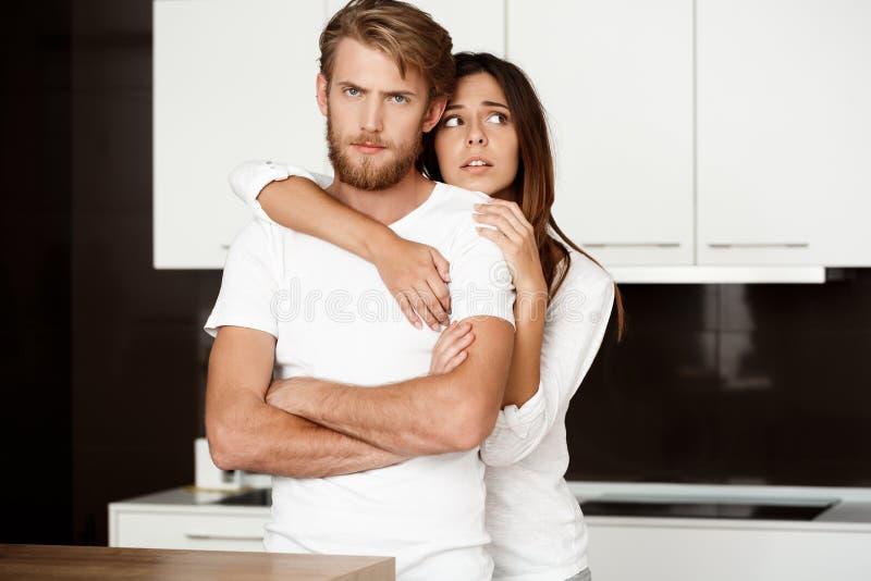 Ledsen stilig man som tar anstöt på hans flickvän som regreting royaltyfri fotografi