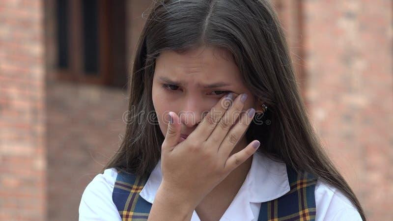 Ledsen tårfylld kvinnlig student royaltyfri bild