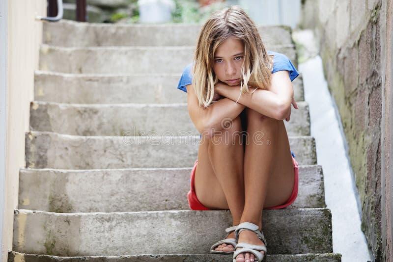 Ledsen tonårig flicka utomhus royaltyfria bilder