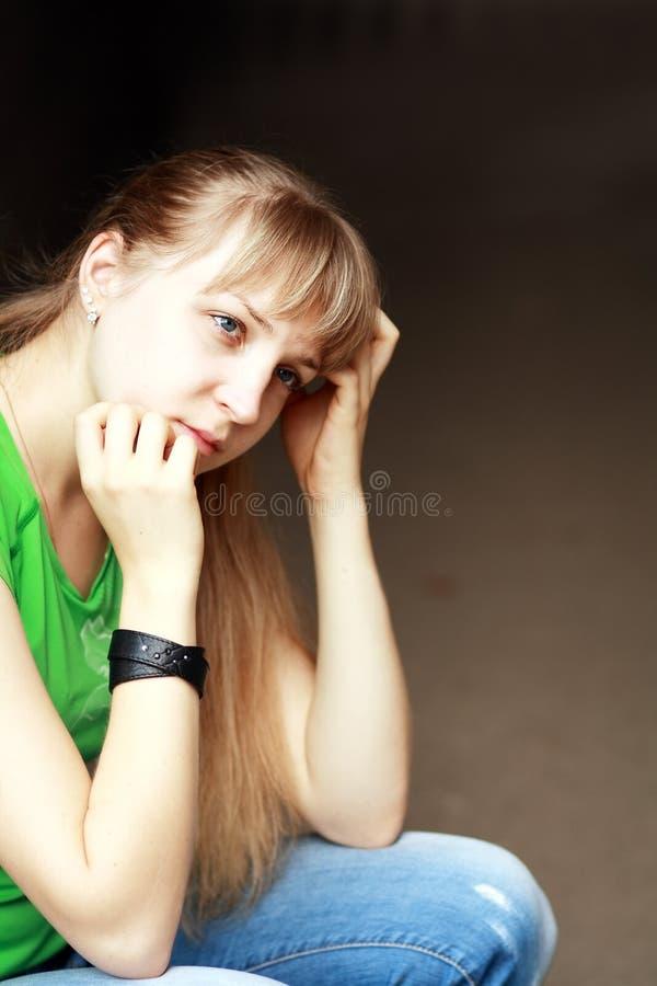 Ledsen tonårs- flicka royaltyfri foto